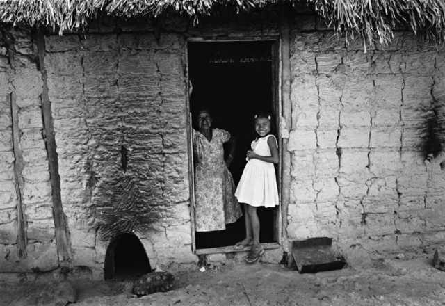 Mulher e criança Wapixana, Terra Indígena Malacacheta. Foto: Eliane Motta, 1984