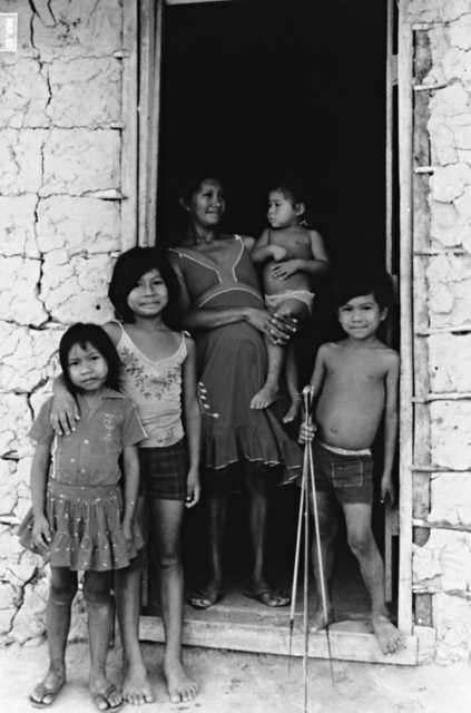Família do Tuxaua Cloves Ambrósio, Maloca Tabalascada, Terra Indígena Tabalascada, Cantá, Roraima. Foto: Orlando Sampaio, 1983