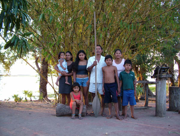 Family of Dona Verônica Guató. Photo: Suki Ozaki, 2006