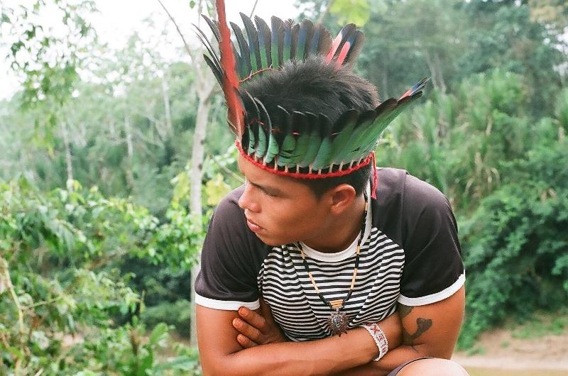O artesanato de cocares está se tornando uma das especialidades dos Kuntanawa. Foto: Mariana Ciavatta Pantoja, aldeia Sete Estrelas, 2007
