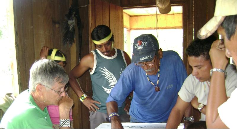 Em novembro de 2008, numa oficina do Projeto Nova Cartografia Social na aldeia Sete Estrelas, os Kuntanawa conversaram entre si sobre sua demanda territorial. Foto: Elizanilde Alves