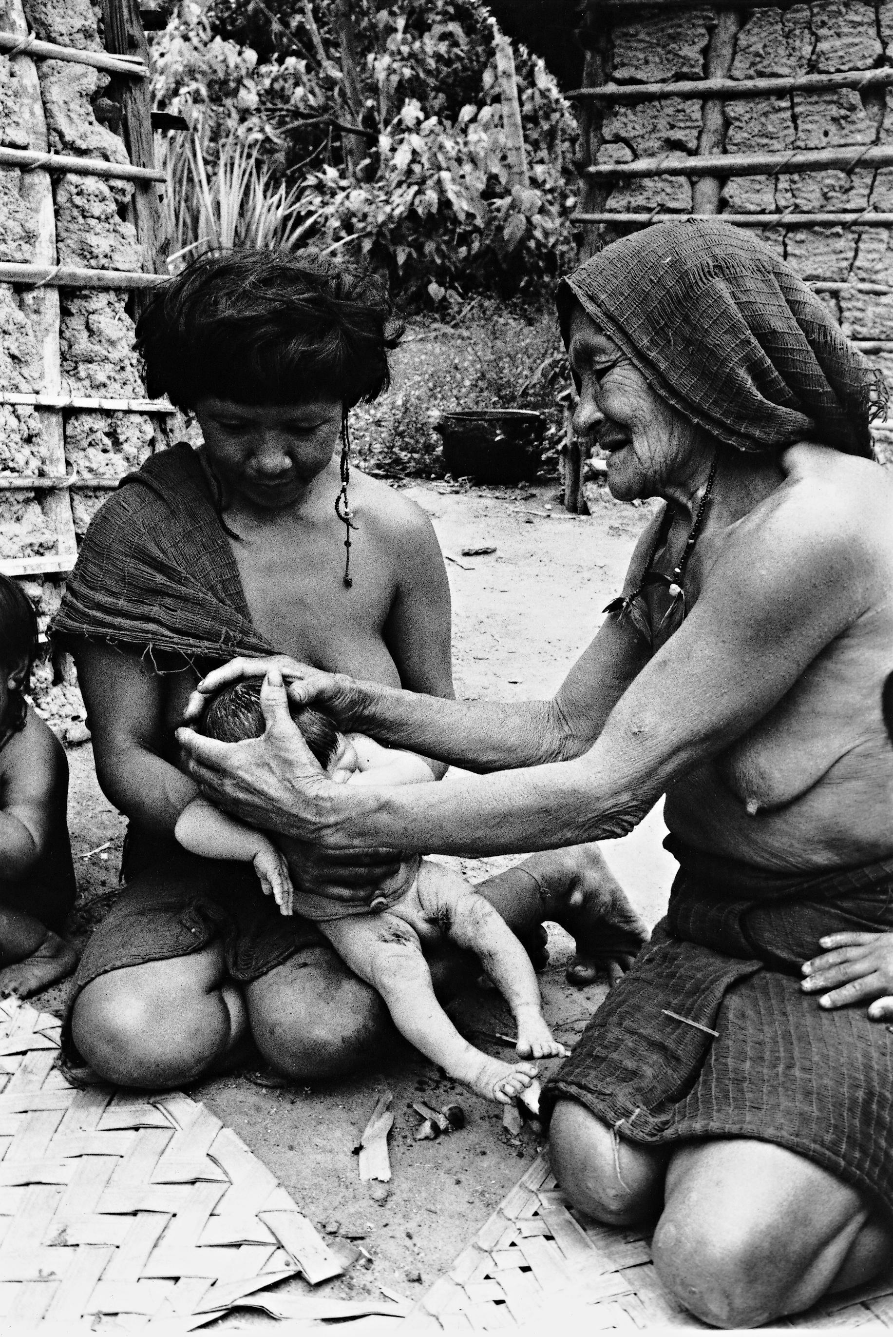 Pãyärahi modelando o neto recém-nascido, filho de Homihi. Foto: Eduardo Viveiros de Castro, 1982.