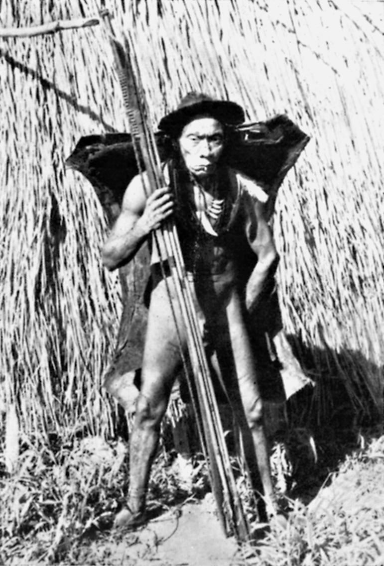 Yarepá, veterano de guerras sangrentas contra o invasor de suas terras. É de índole bondosa, e se orgulha por saber confeccionar armas com perfeição sem igual entre os Umutina, Alto Paraguai, Mato Grosso. Foto: Harald Schultz, 1943/44/45
