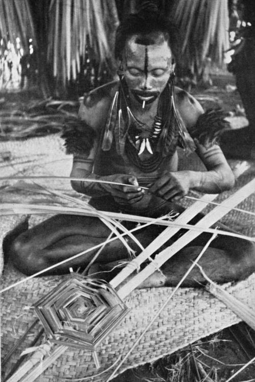Para um ritual Atukaré confecciona, com a palha de buriti, símbolos de arraia e outros peixes, Alto Paraguai, Mato Grosso. Foto: Harald Schultz, 1943/44/45