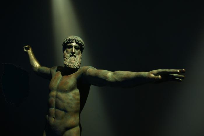 Estátua de bronze de Poseidon ou Zeus. Foto: Josep M Martí, 2008. Publicada sob uma licença Creative Commons (Atribuição: Uso Não-Comercial, Compartilhamento pela mesma Licença 2.0 Genérica).