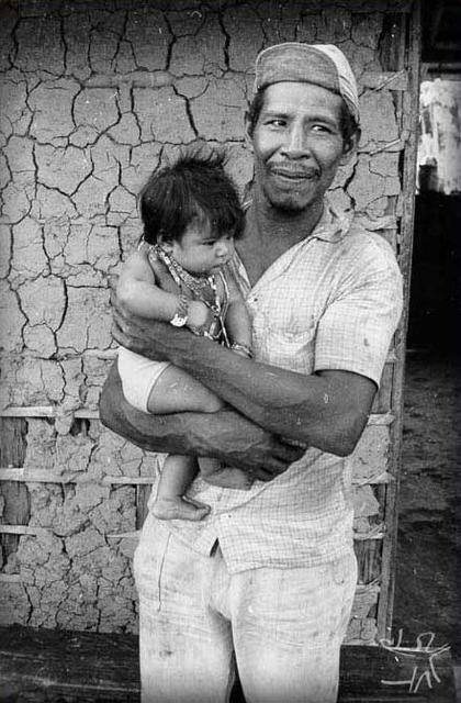 Índio Apiaká segurando uma criança. Foto: Eugênio G. Wenzel.