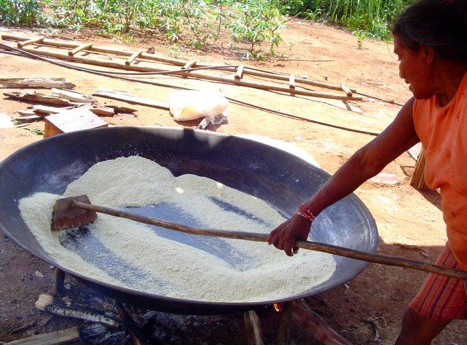 Mulher irantxe fazendo farinha de mandioca. Foto: Ana Cecilia Venci Bueno