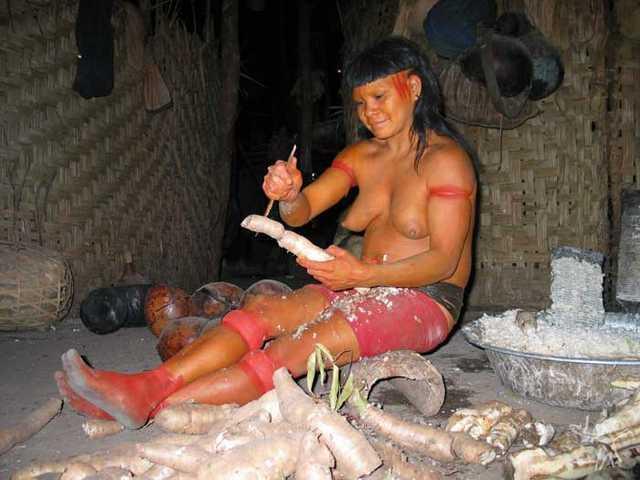 Mulher enawenê-nawê prepara a mandioca para ser ralada. Foto: Kristian Bengtson, 2003.