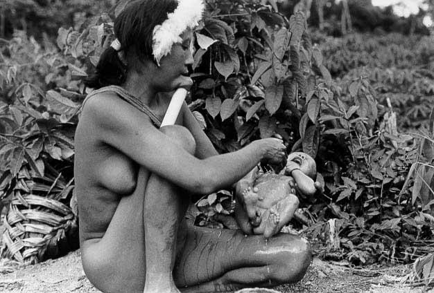 Mulher zo'é dá banho em seu filho recém-nascido. Foto: Dominique Gallois, 1990