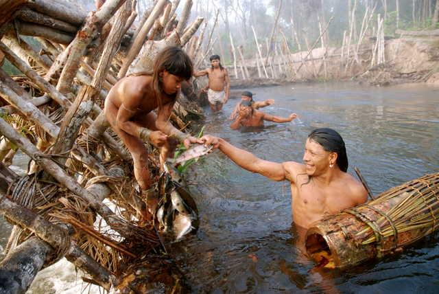 Enawenê-Nawê pescando. Terra Indígena Enawenê Nawê, Mato Grosso. Foto: Vincent Carelli, 2009