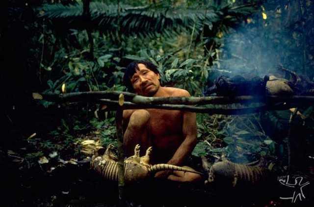 O Araweté Iriwopay-ro num acampamento de caça. Foto: Eduardo Viveiros de Castro, 1981.