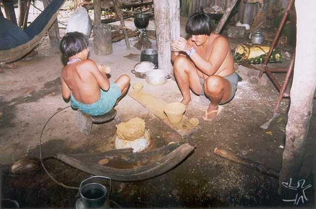 Mulher e criança asurini fazendo um vasilhame cerâmico. Foto: Fabíola Silva, 1998.