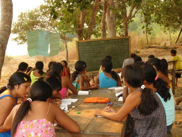 Primeira oficina de tintas na aldeia Paksamba. Foto: Katia Ono/ISA, 2006.