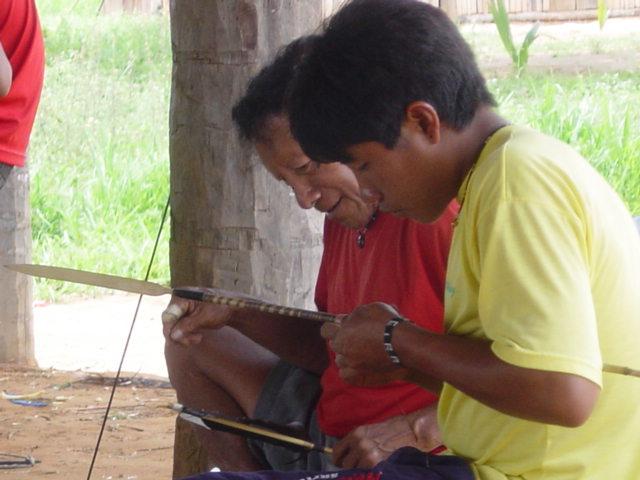 Jovem Kumanu aprende a fazer flecha observando seu pai Kanabá. Primeira oficina de flechas na aldeia Tuba Tuba. Foto: Paula Mendonça/ISA, 2005.