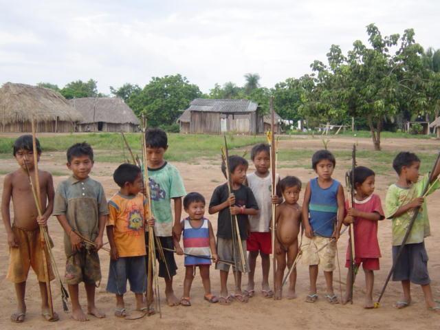 Crianças da aldeia com seus arcos e flechas na aldeia Tuba Tuba. Foto: Paula Mendonça/ISA, 2009.