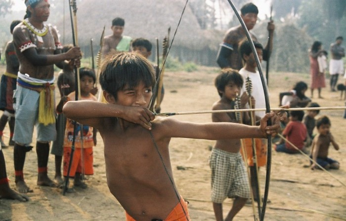Kudarewa (a frente) e Dudirewa (atrás) durante torneio de flecha na aldeia Maitxiri/Tuba Tuba. Foto: Paula Mendonça/ISA, 2009.