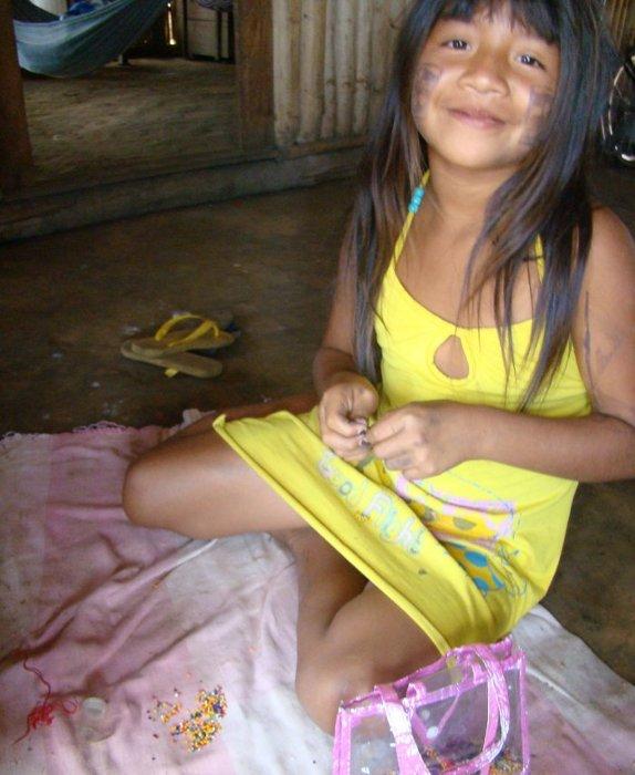Yamanaka fazendo colar de miçanga em sua casa. Aldeia Tuba Tuba. Foto: Paula Mendonça/ISA, 2009.