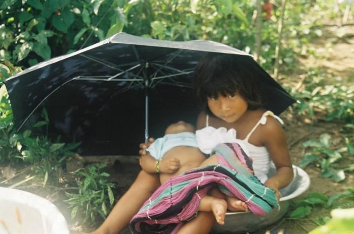 Madarilu cuidando do irmão enquanto sua mãe trabalha na roça. Aldeia Tuba Tuba. Foto: Paula Mendonça/ISA, 2009.