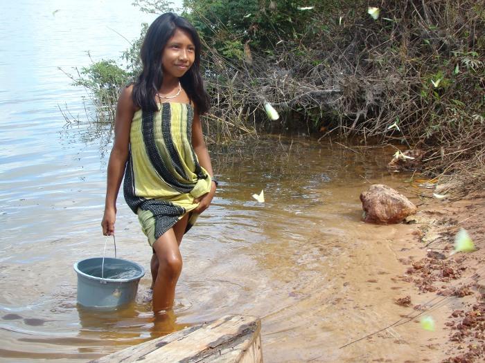 Irenadi pegando água para sua mãe. Aldeia Tuba Tuba. Foto: Paula Mendonça/ISA, 2009.