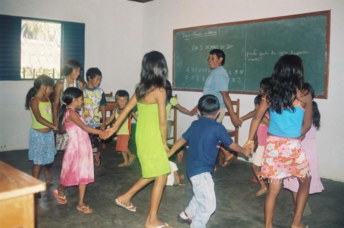 Tarinu faz brincadeira de roda tradicional com seus alunos. Aldeia Tuba Tuba. Foto: Paula Mendonça/ISA, 2009.