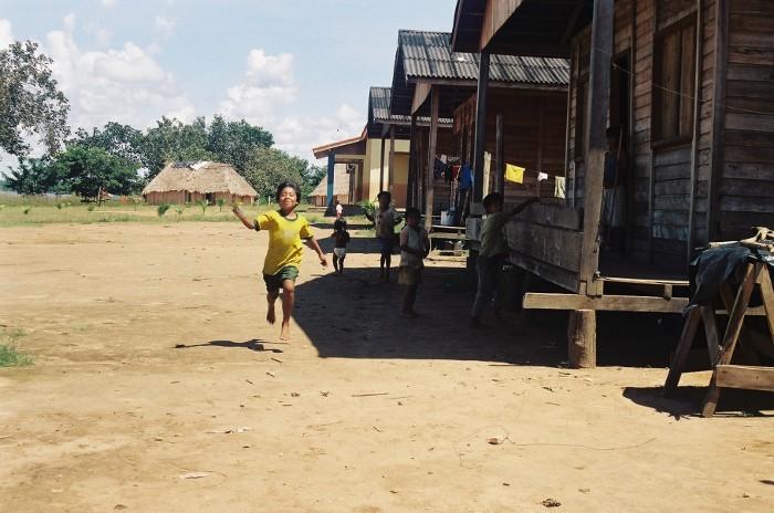 Marikawa correndo para girar a hélice de seu aviãozinho na aldeia Tuba Tuba. Foto: Paula Mendonça/ISA, 2009.