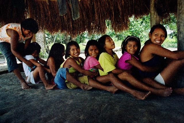 Meninas wapishana brincam de 'tatu'. Foto: Renata Meirelles.