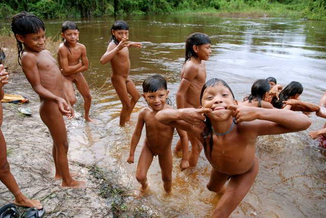 Crianças Enawenê Nawê brincando na beira do rio, Terra Indígena Enawenê Nawê, Mato Grosso. Foto: Vincent Carelli, 2009.