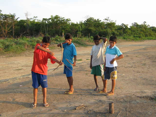Garotos Apiaká atirando flechas, aldeia Mairowy, Terra Indígena Kaiabi, Apiacás, Mato Grosso. Foto: Giovana Acacia Tempesta, 2007