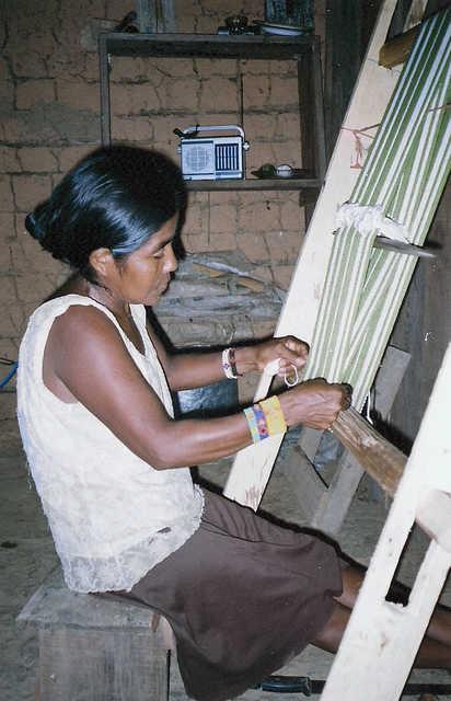 Índia Apiaká usando o tear, Aldeia Mayrob, Terra Indígena Apiaká-Kaiabi, Juara, Mato Grosso. Foto: Giovana Acacia Tempesta, 2007