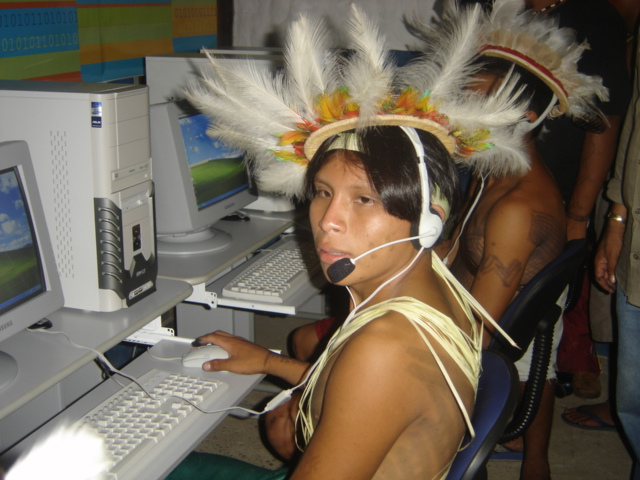 Jovem Zoró na estação digital, aldeia Escola Zawã Karej Pangyjej, Terra Indígena Zoró, Mato Grosso. Foto: APIZ-Associação do Povo Indígena Zoró Pangyjej, 2006