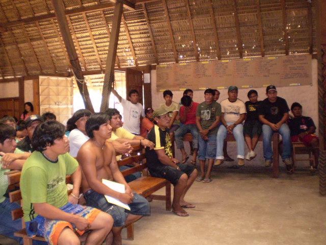 Índios Zoró durante reunião na aldeia Escola Zawa Karej Pangyjej, Terra Indígena Zoró, Mato Grosso. Foto: APIZ-Associação do Povo Indígena Zoró Pangyjej, 2007