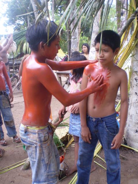 Pintura corporal tradicional, gincana cultural do povo Zoró Pali Pajkinia (Vamos nos Olhar), Aldeia-Escola Zawa Karej Pangyjej, Terra Indígena Zoró, Mato Grosso. Foto: APIZ-Associação do Povo Indígena Zoró Pangyjej, 2008