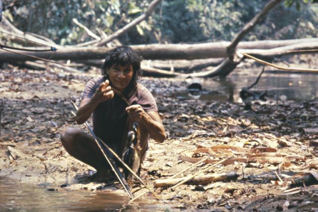 Zoró se preparando para pesca com arco e flecha, Rondônia. Foto: Elisabeth Forseth, 1981