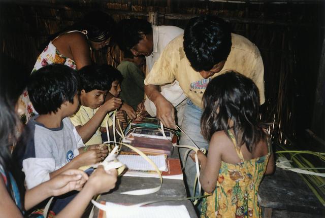 Confecção de brinquedos tradicionais Ikpeng, acompanhamento pedagógico na Escola Central Ikpeng. Parque Indígena do Xingu. Foto: Rosana Gasparini.