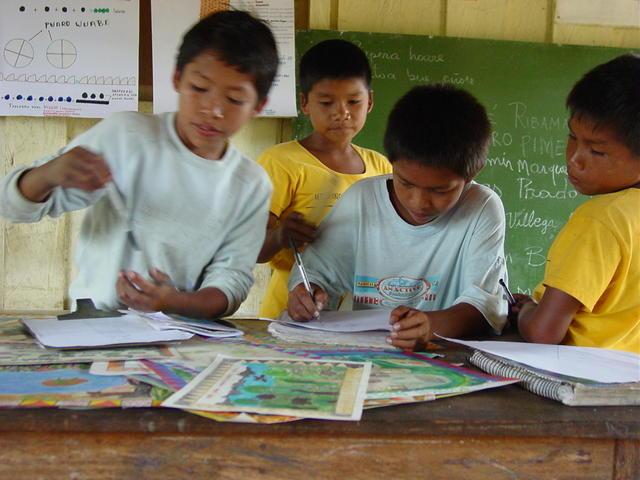 Alunos da Associação Escola Indígena Tuyuka Utapinopona (AEITU), Comunidade São Pedro, Alto Rio Tiquié, Terra Indígena Alto Rio Negro. Foto: Aloisio Cabalzar.