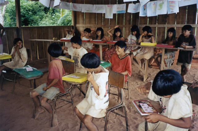 Turma de alfabetização do professor Arautará, acompanhamento pedagógico na escola Karib, comunidade Kuikuro, Parque Indígena do Xingu. Foto: Acervo ISA