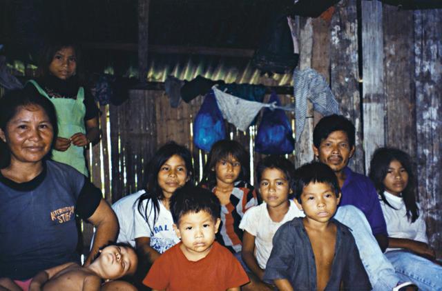 Família de Inês Morais e Hermes Carvalho Kaixana, Terra Indígena São Sebastião, Tonantins, Amazonas. Foto: Kênia Gonçalves Itacaramby, 1997