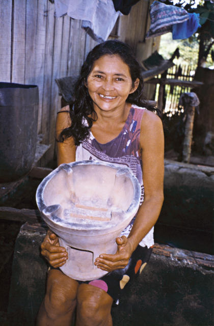 Índia Kaixana, Terra Indígena Mapari, Amazonas. Foto: Kênia Gonçalves Itacaramby, 1997