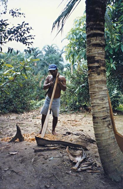 Índio Kaixana fazendo um remo, Terra Indígena São Sebastião, Tonantins, Amazonas. Foto: Kênia Gonçalves Itacaramby, 1997