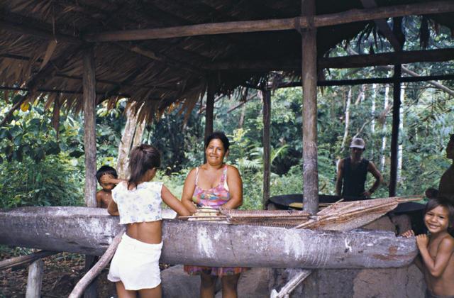 Alzira Kaixana com seus filhos na casa de farinha, Terra Indígena Mapari, Amazonas. Foto: Kênia Gonçalves Itacaramby, 1997