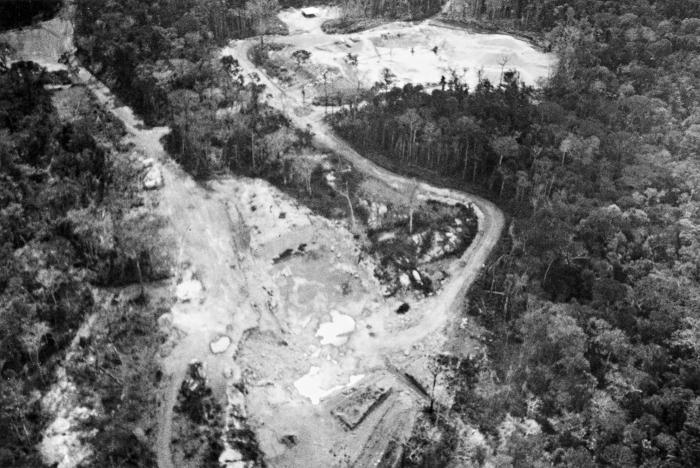 Pedreira da Construtora Mendes Júnior, responsável pela poluição da água e destruiçãoo do meio ambiente na Terra Indígena Kaxarari. Foto: Silbene Almeida, 1989