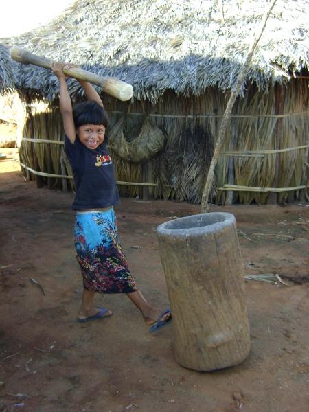 Menina xavante pilando arroz. Aldeia Etenhiritipá, MT. Foto: Camila Gauditano.