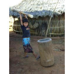 Menina xavante pilando arroz. Aldeia Etenhiritipá, MT.Foto: Camila Gauditano.