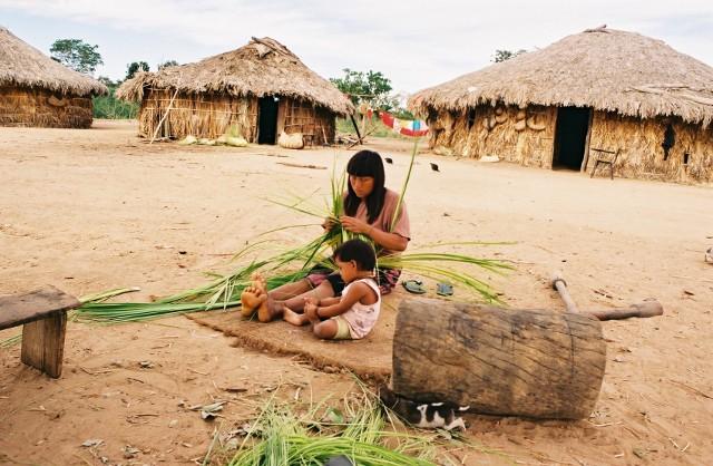Mulher xavante confeccionando cesto de palha de buriti. Aldeia Wederã, MT. Foto: Camila Gauditano