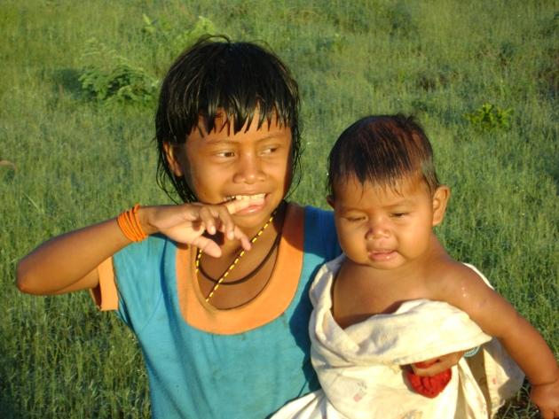 Menina xavante volta do rio com sua irmã. Aldeia Etenhiritipá, MT. Foto: Camila Gauditano