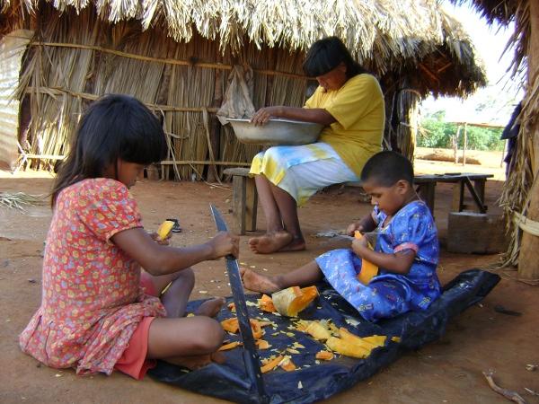Mulher e crianças xavante descascando abóbora. Aldeia Etenhiritipá, MT. Foto: Camila Gauditano.