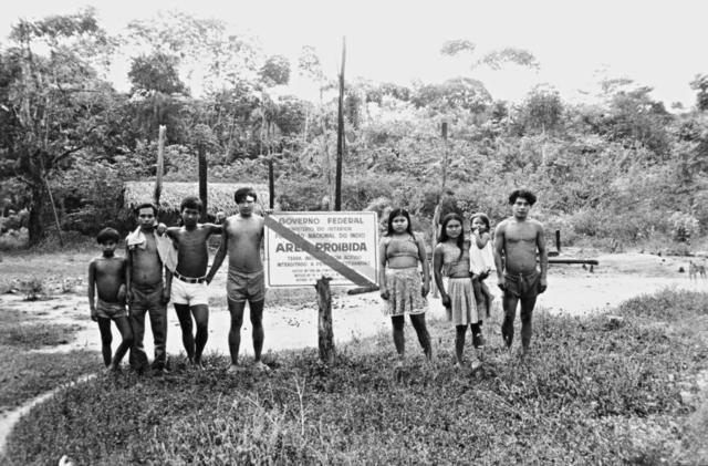 Índios Kaxarari posados junto a uma placa de Demarcação, Rio Azul, Terra Indígena Kaxarari. Foto: Terri Vale de Aquino, sem data