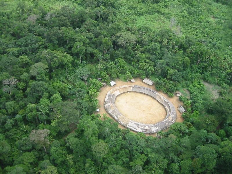 Vista aérea da aldeia Demini do povo Yanomami, Amazonas. Foto: Marcos Wesley/CCPY, 2005