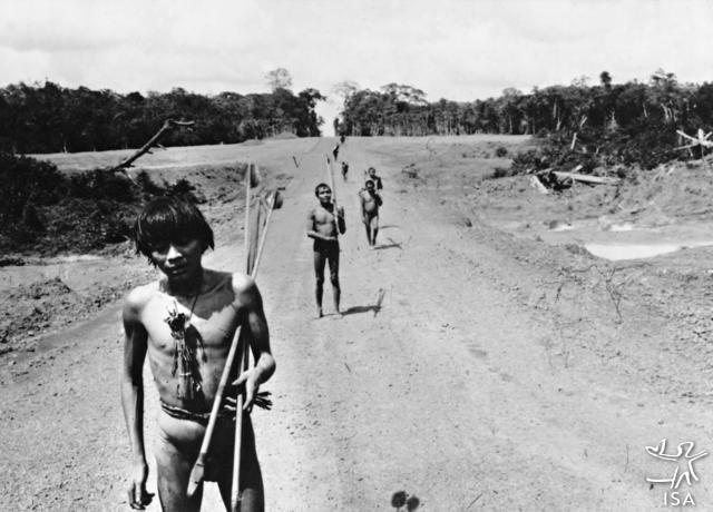 Índios Yanomami na rodovia federal BR-210, também conhecida como Perimetral Norte, Terra Indígena Yanomami. Foto: Bruce Albert, 1976