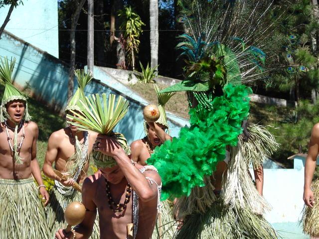 Jovens da Cia de Teatro Mandaru do povo Xukuru do Ororubá, localizado no município de Pesqueira (PE), encenando a peça teatral Mandaru no Reino de Ororubá, no Instituto Cajamar, Cajamar, São Paulo. Foto: Moreno Saraiva Martins, 2007